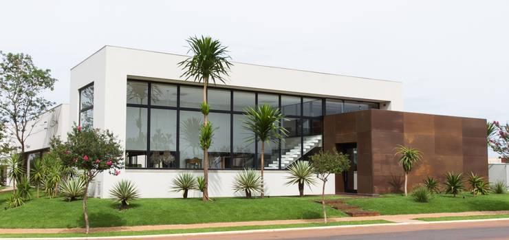 Minimalismo atual: Casas minimalistas por RABAIOLI I FREITAS