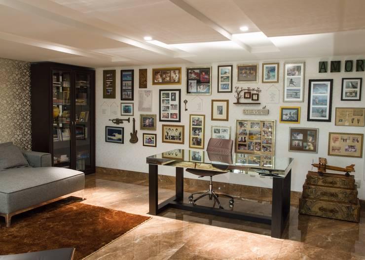 Sala de reflexão, espaço da família com vista para o Living: Escritórios  por RABAIOLI I FREITAS,