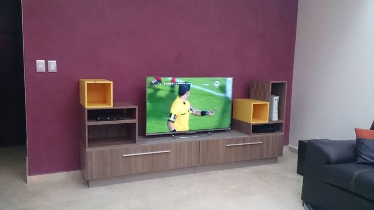 MUEBLE DE TELEVISION MODULAR: Salas de estilo  por AMÉTRICO ESTUDIO