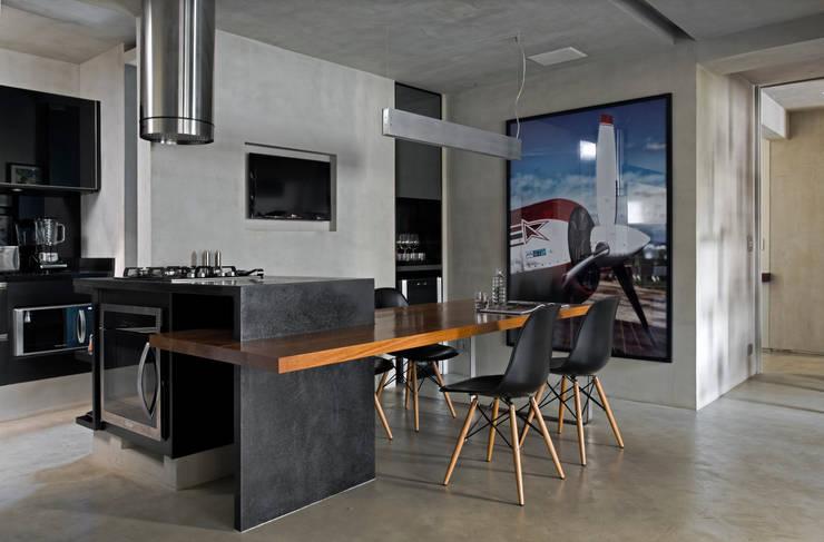Real Parque Loft: Salas de jantar  por DIEGO REVOLLO ARQUITETURA S/S LTDA.
