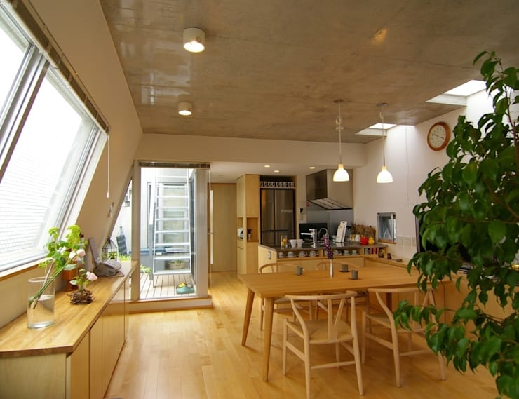 屋上菜園のある家: ARC DESIGNが手掛けたリビングです。