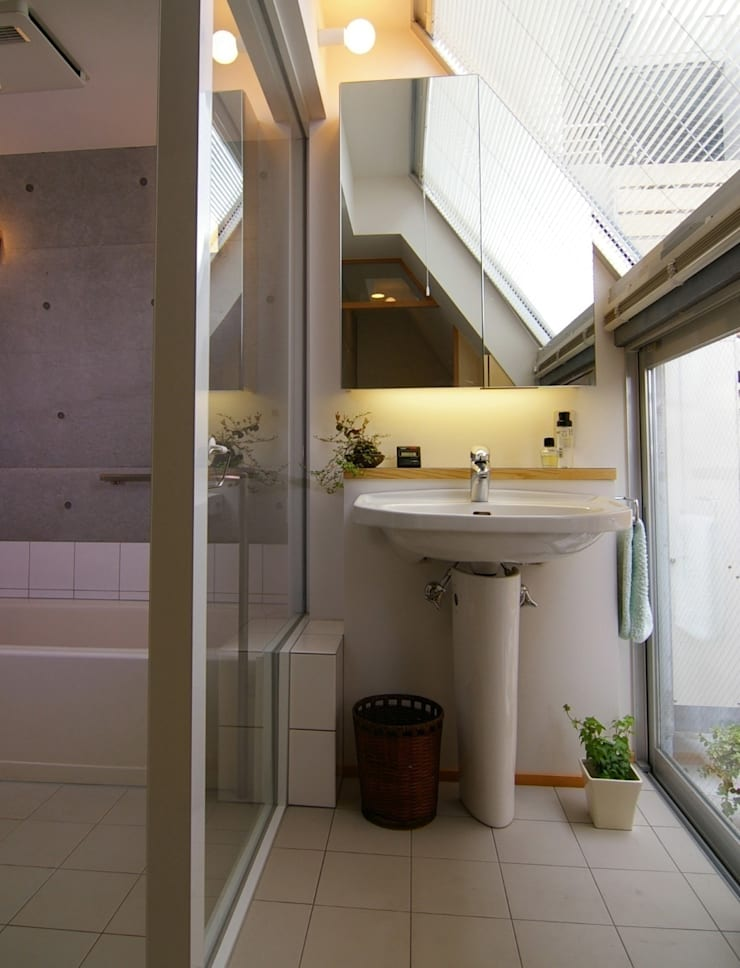 屋上菜園のある家: ARC DESIGNが手掛けた浴室です。