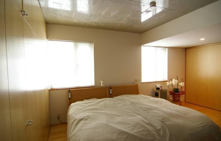 屋上菜園のある家: ARC DESIGNが手掛けた寝室です。