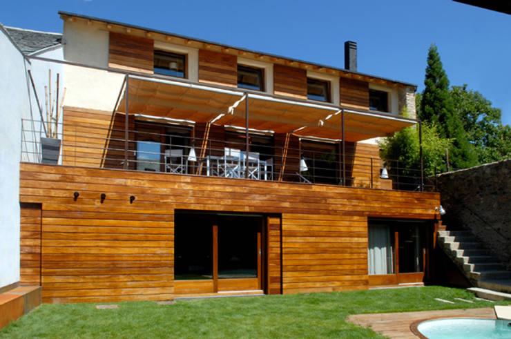 fachada interior a patio: Casas de estilo  de zazurca arquitectos