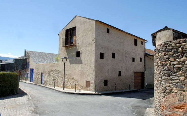 CASA EN LLIVIA: Casas de estilo rústico de zazurca arquitectos