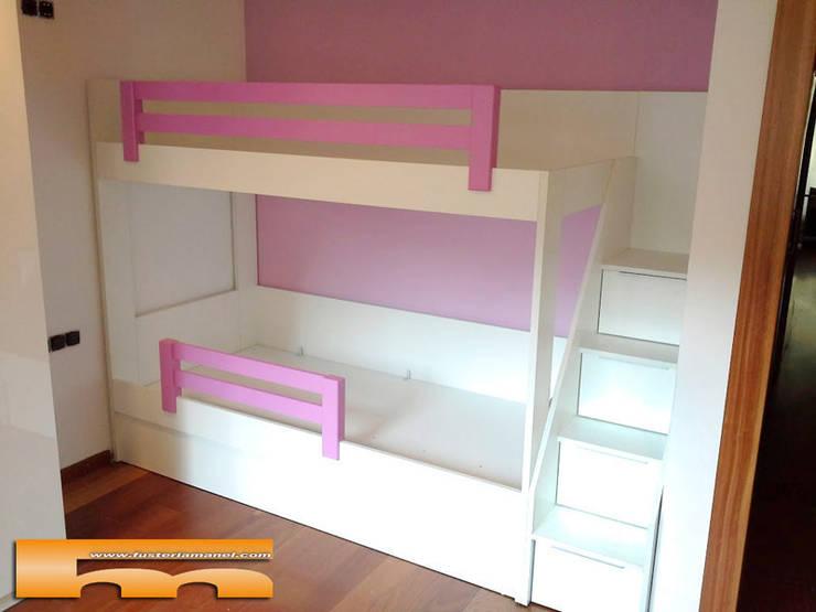 Litera con escalera de cajones Habitación Niñas: Dormitorios de estilo  de Fusteriamanel.com