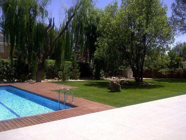 VIVIENDA UNIFAMILIAR. POZUELO DE ALARCON. MADRID. 2010: Jardines de estilo  de Bescos-Nicoletti Arquitectos