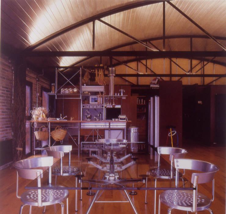 CASA NAVE INDUSTRIAL: Comedores de estilo  de zazurca arquitectos