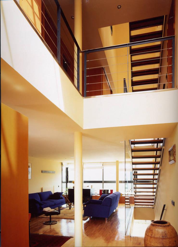 CASA H: Pasillos y vestíbulos de estilo  de zazurca arquitectos