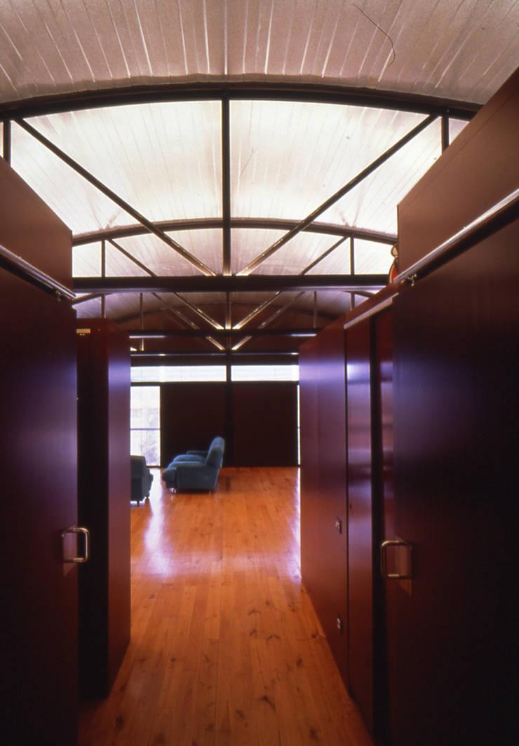CASA NAVE INDUSTRIAL: Pasillos y vestíbulos de estilo  de zazurca arquitectos