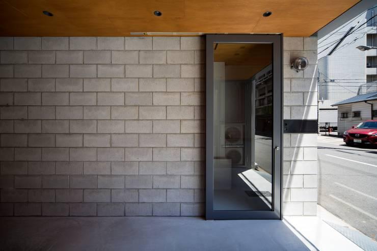 メインエントランス: 株式会社 藤本高志建築設計事務所が手掛けたです。