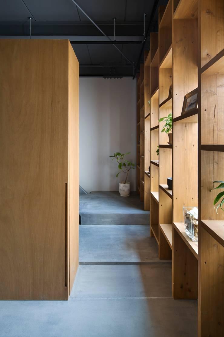 住居部分エントランス: 株式会社 藤本高志建築設計事務所が手掛けたです。