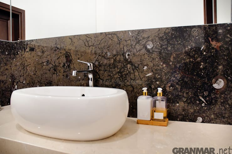 Fossil Brown - marmur do łazienki : styl , w kategorii Łazienka zaprojektowany przez GRANMAR Borowa Góra - granit, marmur, konglomerat kwarcowy