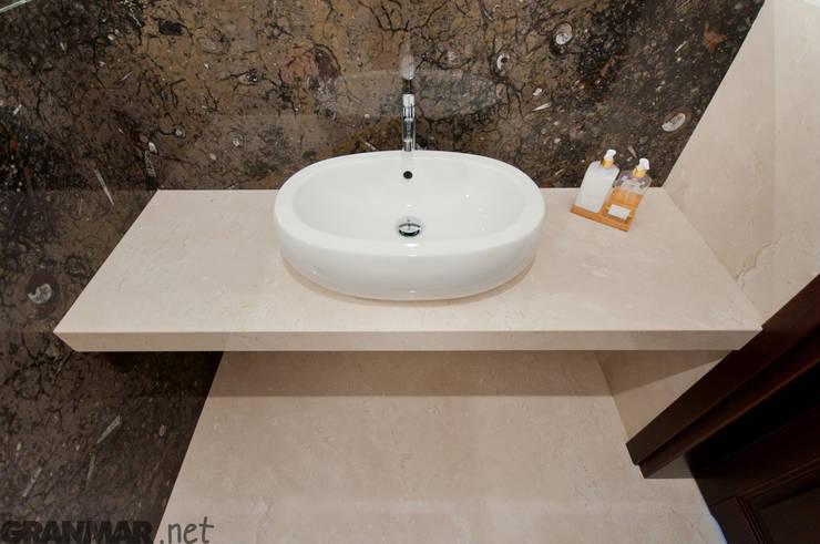 Łazienka w naturalnym marmurze Fossil Brown i Galala : styl , w kategorii Łazienka zaprojektowany przez GRANMAR Borowa Góra - granit, marmur, konglomerat kwarcowy,