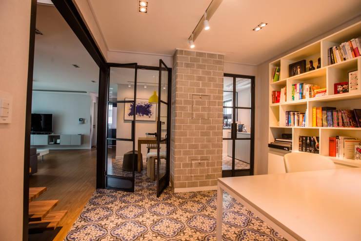 blue house_매혹적인 Blue와 집이 만나다: (주)바오미다의  서재 & 사무실