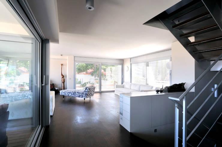 CASA TR: Pasillos y vestíbulos de estilo  de zazurca arquitectos