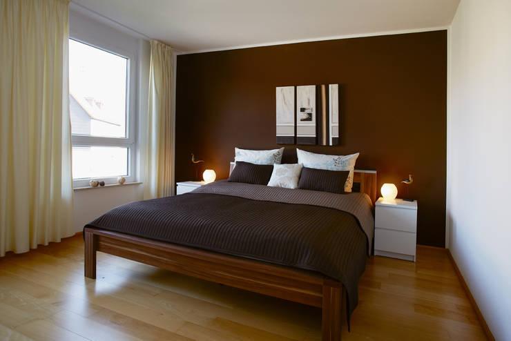 Elternschlafzimmer 1. OG: klassische Schlafzimmer von Traumhaus das Original - Dirk van Hoek GmbH