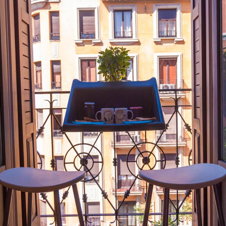 balKonzept Tisch- /Ablage Balkon, Terrasse: moderner Balkon, Veranda & Terrasse von Anchovisdesign