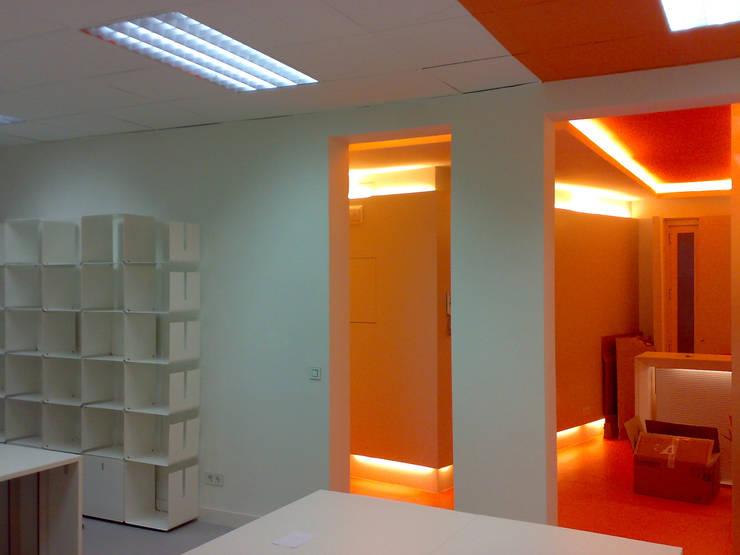 """AGENCIA DE PUBLICIDAD """"DE REPENTE"""". PLAZA DE SANTA BARBARA. MADRID. 2009: Edificios de oficinas de estilo  de Bescos-Nicoletti Arquitectos"""