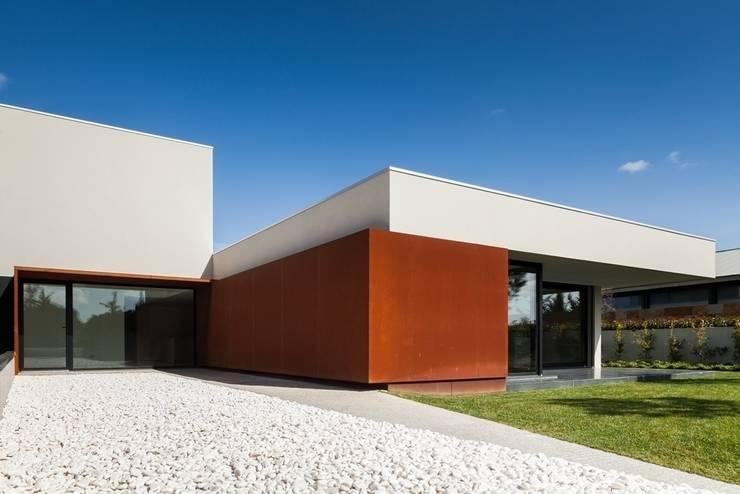 Casa na Beloura, Sintra: Casas  por Estúdio Urbano Arquitectos