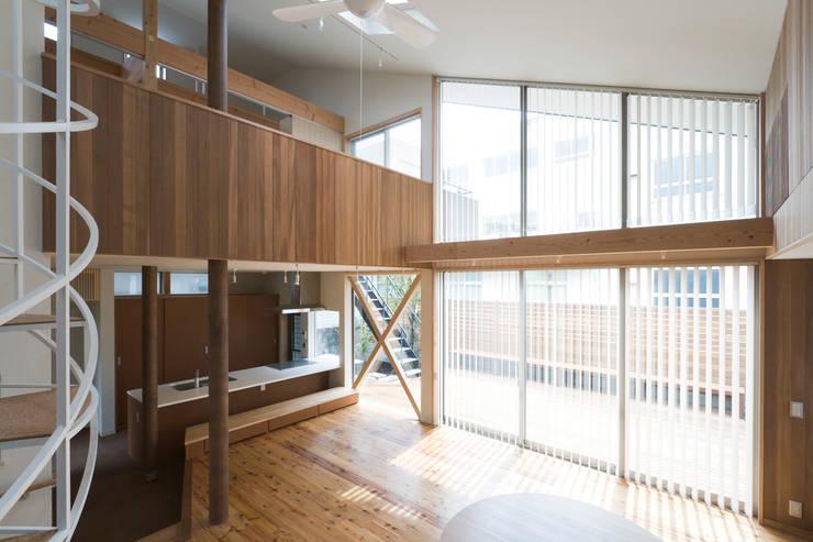 ヒロマ南側: 松本剛建築研究室が手掛けたリビングです。