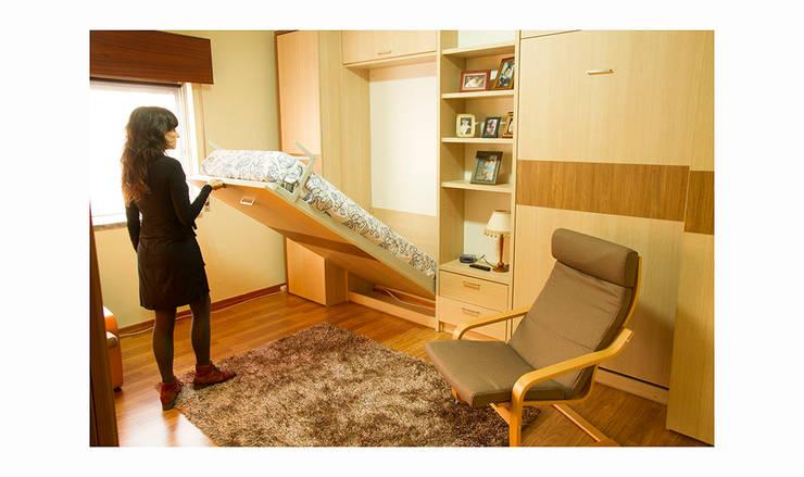 Com um simples gesto uma cama de solteiro está pronta para ser usada: Quartos  por GenesisDecor