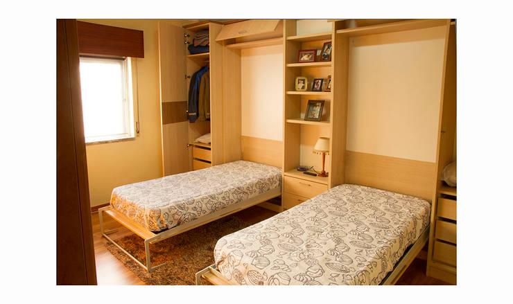 Duas camas ocultas e armários envolventes: Quartos  por GenesisDecor