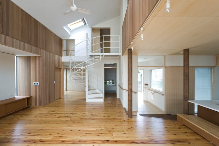 ヒロマ北側: 松本剛建築研究室が手掛けたリビングです。