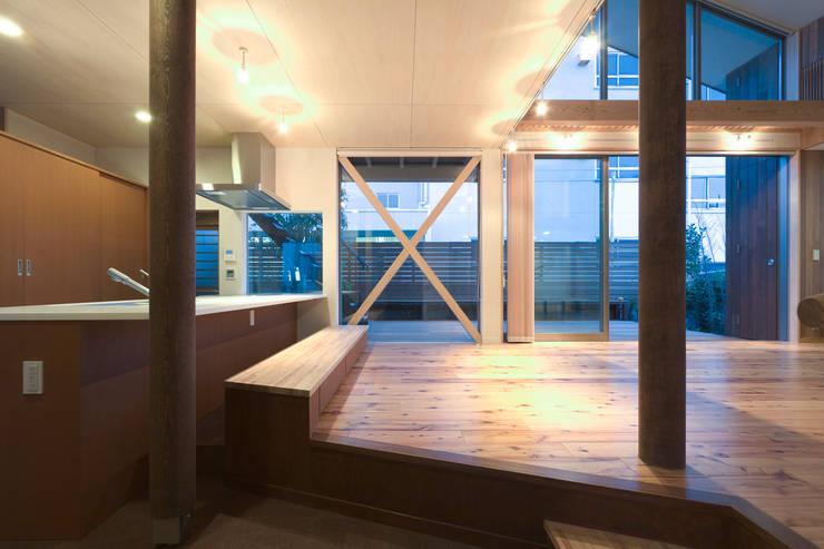 ベンチのあるキッチン: 松本剛建築研究室が手掛けたキッチンです。