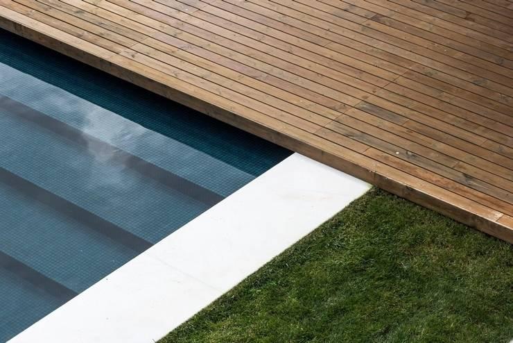 Casa na Beloura, Sintra: Piscinas  por Estúdio Urbano Arquitectos