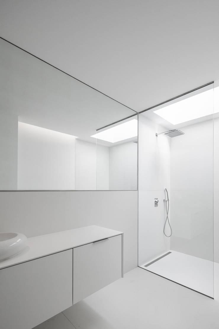 Salle de bains de style  par Estúdio Urbano Arquitectos , Minimaliste