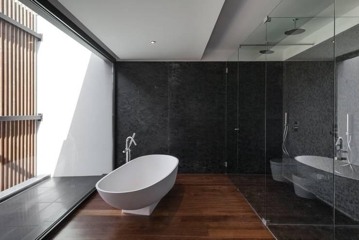 Casa na Beloura, Sintra: Casas de banho  por Estúdio Urbano Arquitectos