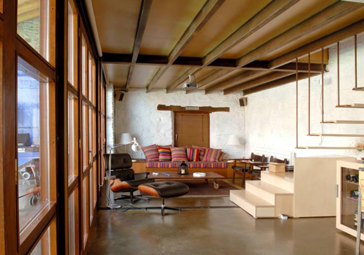 CASA EN LLIVIA: Estudios y despachos de estilo  de zazurca arquitectos