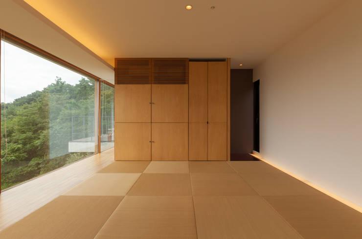 善光寺平を望む家: 伊東亮一建築設計事務所が手掛けた寝室です。