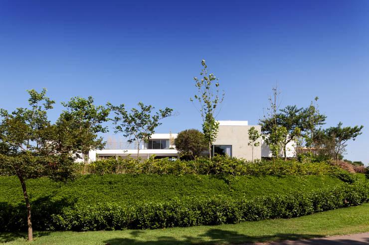 Casa em Itu: Casas  por Consuelo Jorge Arquitetos