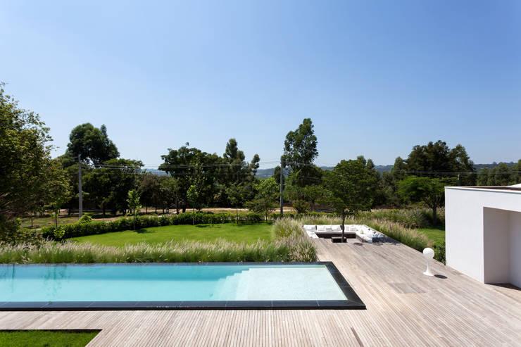 Piscinas de estilo minimalista de Consuelo Jorge Arquitetos