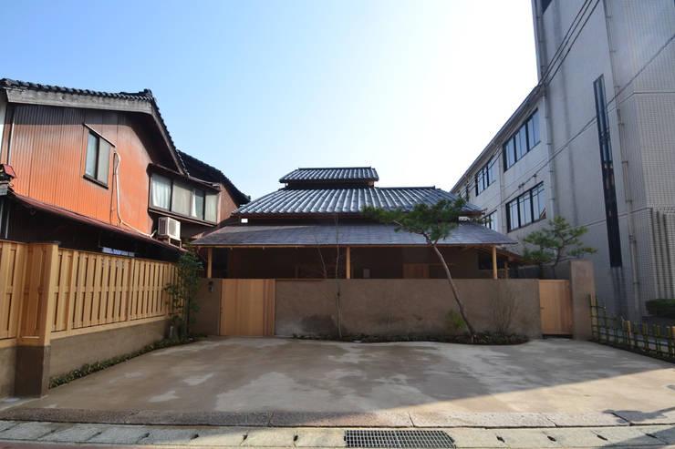 茶事空間入口: もやい建築事務所が手掛けた家です。,和風