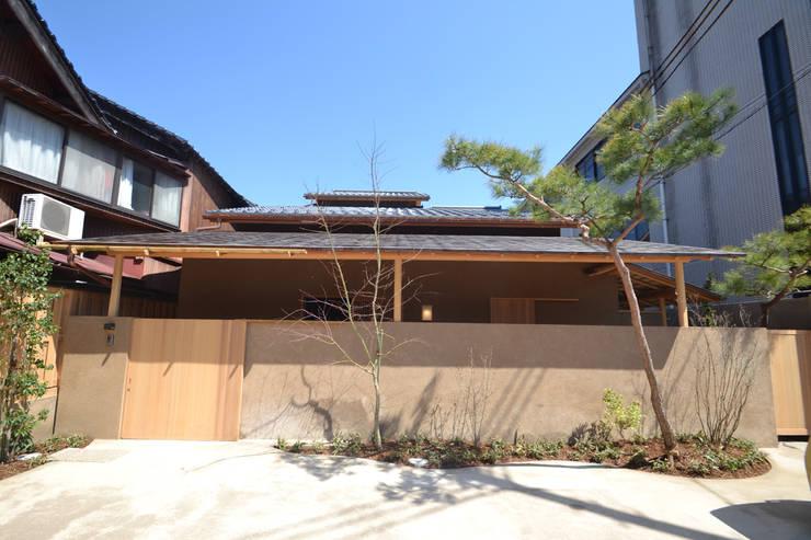 和田山の数寄屋: もやい建築事務所が手掛けた家です。,和風