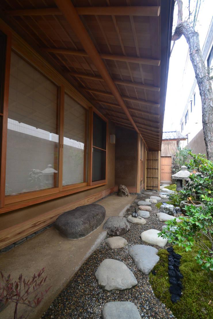 和田山の数寄屋: もやい建築事務所が手掛けたテラス・ベランダです。,和風