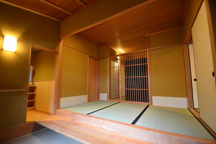 和田山の数寄屋: もやい建築事務所が手掛けた和室です。,和風