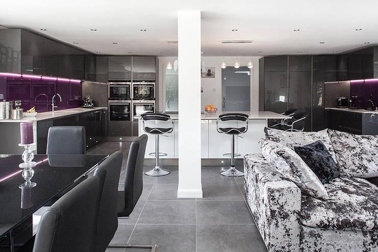 Essex Glamour: modern Living room by Nic  Antony Architects Ltd