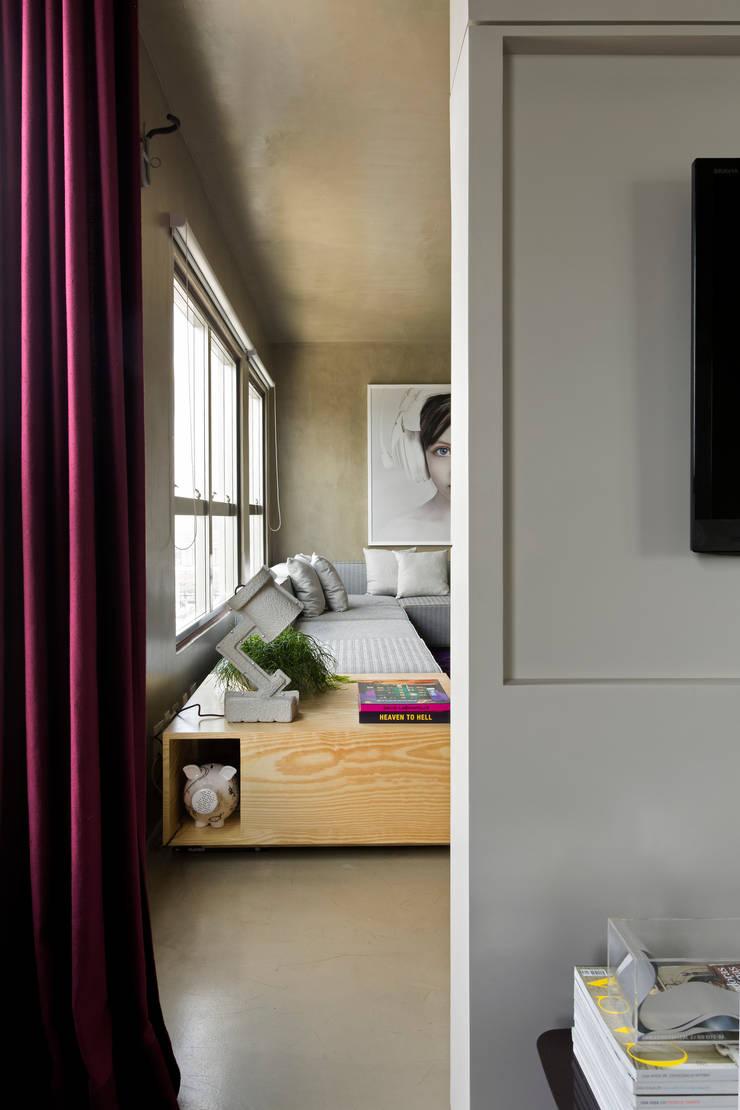 Vila Leopoldina Loft: Salas de estar modernas por DIEGO REVOLLO ARQUITETURA S/S LTDA.