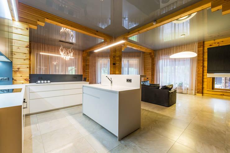 Минимализм в деревянном доме (архитектор Анжелика Марзоева): Гостиная в . Автор – Галерея интерьеров 'Angelica Marzoeva'