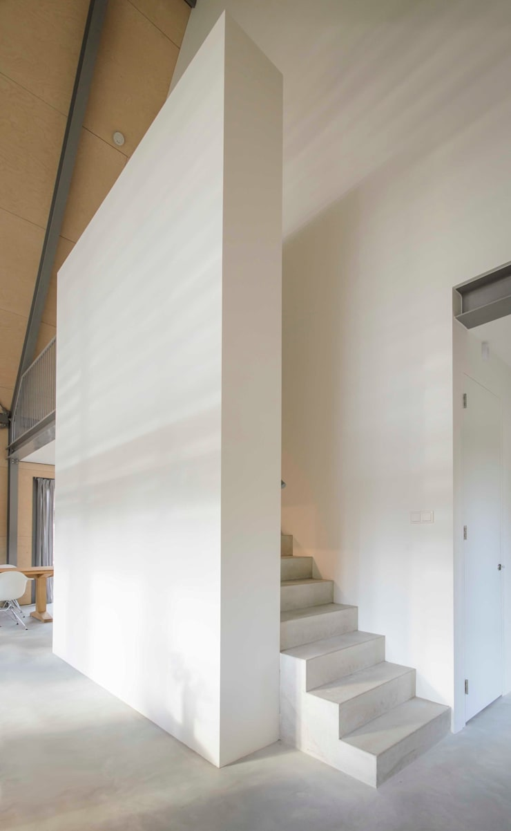 Lofthome Bergen (NH):  Woonkamer door Blok Kats van Veen Architecten, Modern