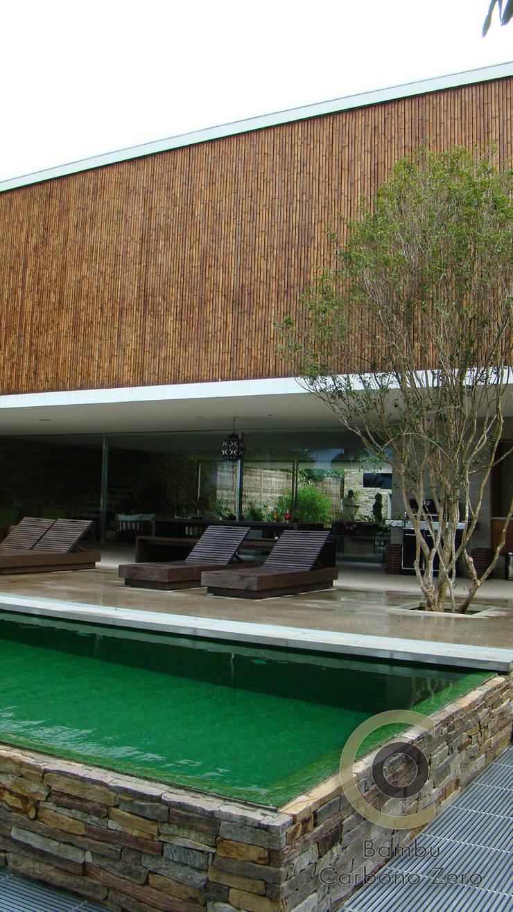 Casa Ilha Bela Márcio Kogan: Corredores e halls de entrada  por BAMBU CARBONO ZERO