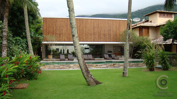 Casa Ilha Bela Márcio Kogan: Casas  por BAMBU CARBONO ZERO