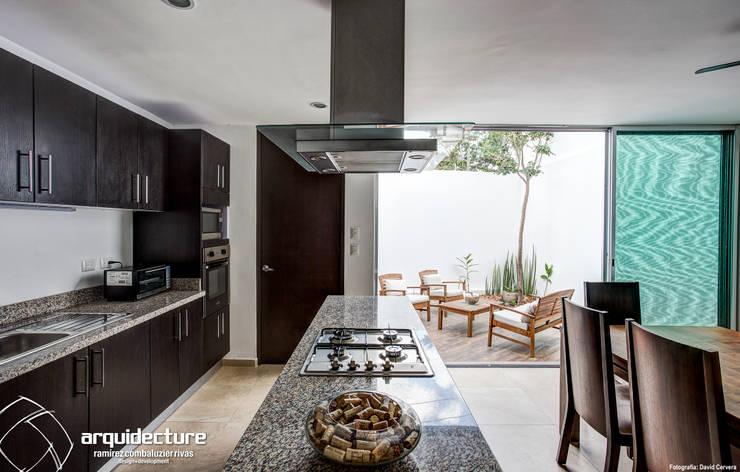 Cocinas de estilo minimalista por Grupo Arquidecture