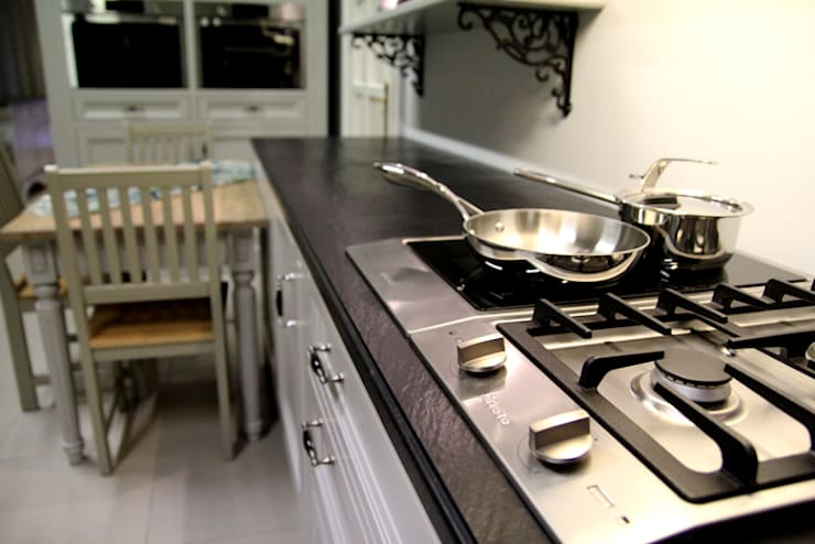 GRANMAR Borowa Góra - granit, marmur, konglomerat kwarcowyが手掛けたキッチン