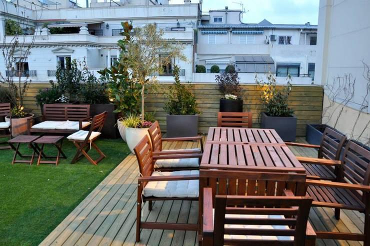 Terraza Muntaner: Terrazas de estilo  de ésverd - jardineria & paisatgisme