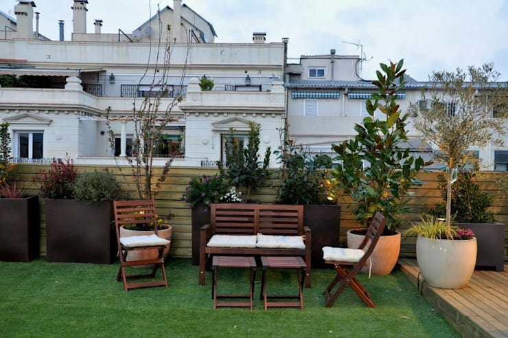 Terraza Muntaner: Balcones y terrazas de estilo  de ésverd - jardineria & paisatgisme